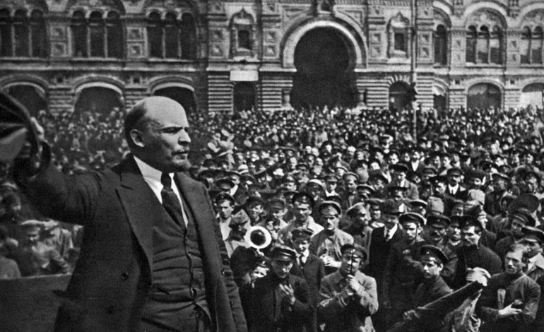 Lenin arringa la folla