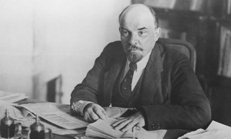 Lenin nel suo studio