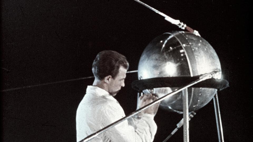 Tecnico al lavoro sullo Sputnik 1 1957