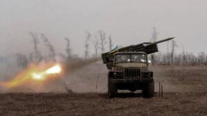 Il fatto è che, nei 12 mesi trascorsi dalla firma del cessate il fuoco, non sono mai cessati i bombardamenti ucraini sul Donbass. Secondo le ultime informazioni del 25 luglio, le forze di Kiev, facendosi scudo dei villaggi nelle regioni di Donetsk e di Lugansk sotto controllo ucraino, hanno bersagliato con tiri di mortaio e razzi anticarro i territori delle Repubbliche popolari.