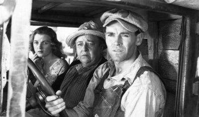 Furore, opera di John Steinbeck che gli valse il Pulitzer nel 1940, è un romanzo ambientato durante la grande depressione americana degli anni '30 che riporta fotograficamente uno spaccato di classe crudo e veritiero.