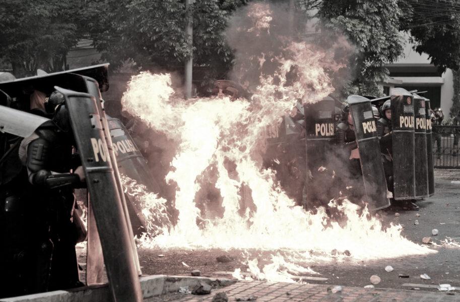 scontri indonesia polizia
