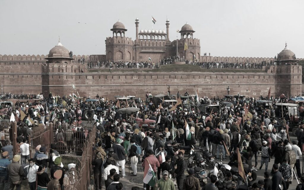 lotte riforma governo modi, Manifestanti asserragliati all'interno dell'antica cittadella militare dell'impero moghul.