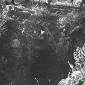 Ricerca dei corpi nella foiba di Basovizza nel 1957