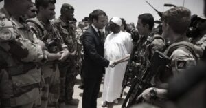 Africa_Macron_stringe_la_mano_ai_militari