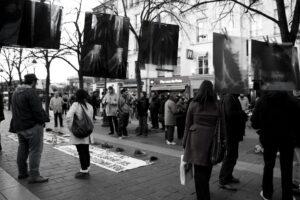 Manifestazione per le vittime del conflitto sociale in Colombia (esposizione radiografie vittime)