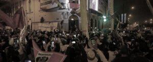 La folla festeggia la vittoria di Castillo davanti al quartier generale di Peru Libre