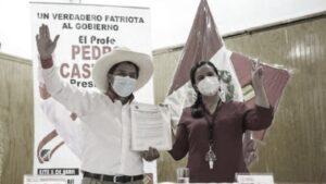 Pedro Castillo e Veronika Mendoza salutano dopo la firma dell'accordo per il ballottaggio