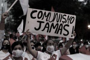 Sostenitori della Fujimori con cartelli anticomunisti