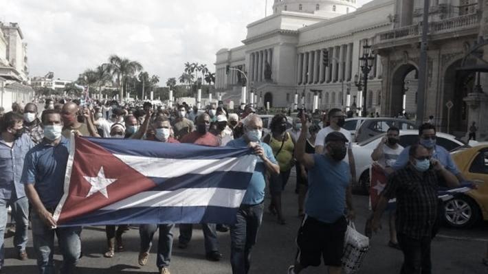 Manifestanti sfilano davanti al Campidoglio all'Avana